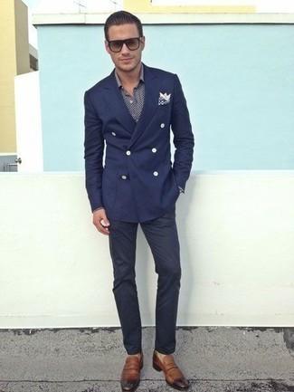 Combinar un blazer cruzado azul marino: Utiliza un blazer cruzado azul marino y un pantalón chino azul marino para lograr un estilo informal elegante. Con el calzado, sé más clásico y usa un par de mocasín de cuero marrón.
