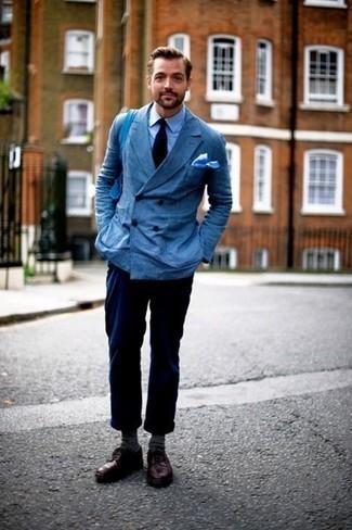 Combinar un pantalón chino azul marino: Elige un blazer cruzado azul y un pantalón chino azul marino para las 8 horas. ¿Te sientes valiente? Opta por un par de zapatos derby de cuero burdeos.
