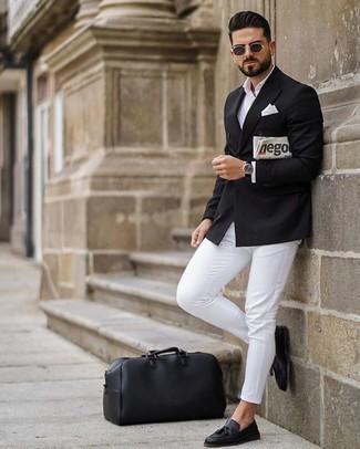 Combinar un pañuelo de bolsillo blanco: Casa un blazer cruzado negro junto a un pañuelo de bolsillo blanco para conseguir una apariencia relajada pero elegante. ¿Te sientes ingenioso? Dale el toque final a tu atuendo con mocasín con borlas de cuero negro.