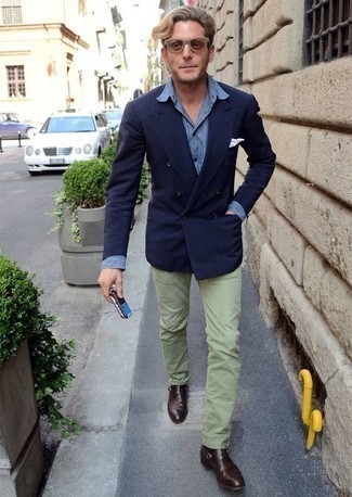 Combinar una camisa de vestir de cambray azul: Ponte una camisa de vestir de cambray azul y un pantalón chino en verde menta para las 8 horas. Con el calzado, sé más clásico y elige un par de zapatos con hebilla de cuero en marrón oscuro.