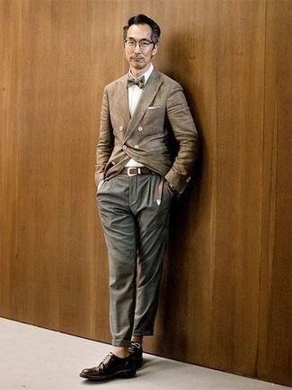 Combinar unos zapatos derby de cuero en marrón oscuro: Empareja un blazer cruzado marrón claro junto a un pantalón chino gris para lograr un look de vestir pero no muy formal. Con el calzado, sé más clásico y opta por un par de zapatos derby de cuero en marrón oscuro.
