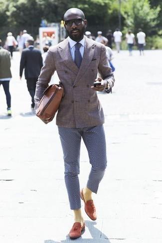 Outfits hombres: Si buscas un estilo adecuado y a la moda, empareja un blazer cruzado marrón junto a un pantalón chino a lunares azul marino. Con el calzado, sé más clásico y completa tu atuendo con mocasín con borlas de ante en tabaco.