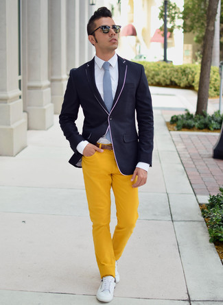 Combinar Unos Tenis Blancos Con Unos Pantalones Amarillos Para Hombres De 30 Anos En Verano 2020 3 Looks Outfits Hombre Lookastic Mexico
