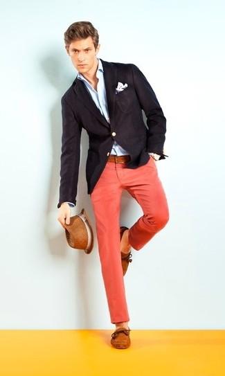 Cómo combinar: náuticos de ante en tabaco, pantalón chino rojo, camisa de vestir celeste, blazer negro