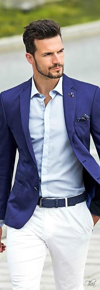 Cómo combinar: pañuelo de bolsillo a lunares en azul marino y blanco, pantalón chino blanco, camisa de vestir celeste, blazer azul