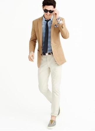 Cómo combinar: tenis grises, pantalón chino en beige, camisa de vestir de tartán azul, blazer marrón claro