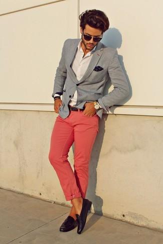 Cómo combinar: mocasín con borlas de cuero morado oscuro, pantalón chino rosado, camisa de vestir blanca, blazer gris