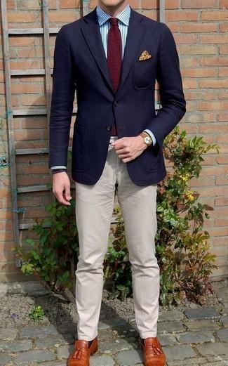 Cómo combinar: mocasín con borlas de cuero en tabaco, pantalón chino en beige, camisa de vestir de rayas verticales en blanco y azul, blazer de lana azul marino