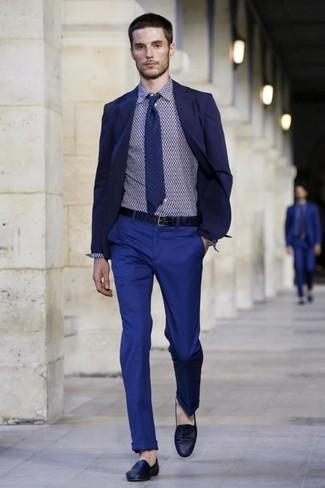 Look de moda: Mocasín de cuero azul marino, Pantalón chino azul, Camisa de vestir con estampado geométrico azul marino, Blazer azul marino