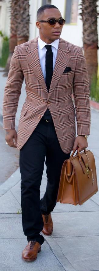Cómo combinar: zapatos brogue de cuero marrónes, pantalón chino azul marino, camisa de vestir blanca, blazer de tartán marrón claro