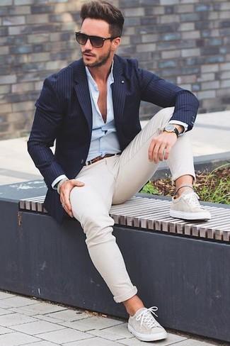 Cómo combinar: tenis en beige, pantalón chino en beige, camisa de vestir celeste, blazer de rayas verticales azul marino