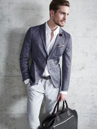 Cómo combinar: bolso baúl de lona negro, pantalón chino gris, camisa de vestir blanca, blazer en gris oscuro