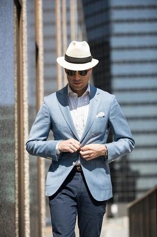 Cómo combinar: sombrero de paja blanco, pantalón chino azul marino, camisa de vestir de rayas verticales blanca, blazer de tartán celeste