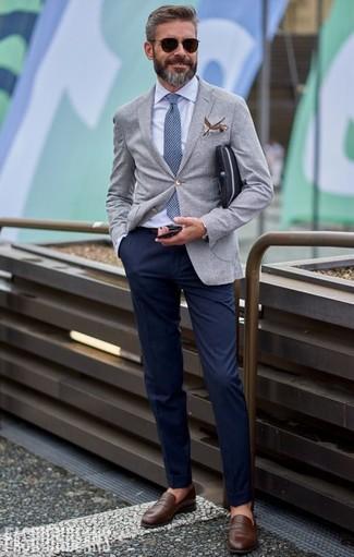 Cómo combinar: mocasín de cuero marrón, pantalón chino azul marino, camisa de vestir celeste, blazer gris