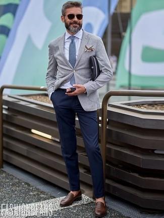Cómo combinar: mocasín de cuero en marrón oscuro, pantalón chino azul marino, camisa de vestir blanca, blazer de lana gris