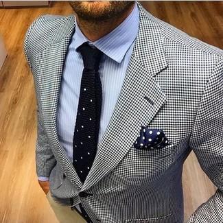 Cómo combinar: corbata de punto negra, pantalón chino en beige, camisa de vestir de rayas verticales celeste, blazer de pata de gallo en blanco y negro