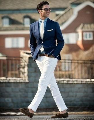 Look de moda: Mocasín con borlas de ante en marrón oscuro, Pantalón chino blanco, Camisa de vestir de cuadro vichy azul, Blazer azul marino