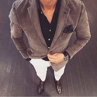Cómo combinar: zapatos con doble hebilla de cuero en marrón oscuro, pantalón chino blanco, camisa de vestir negra, blazer de algodón marrón
