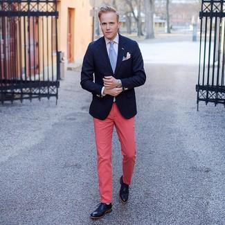 Cómo combinar: botas brogue de cuero negras, pantalón chino rosa, camisa de vestir blanca, blazer azul marino