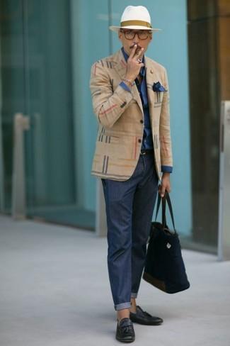 Cómo combinar: mocasín con borlas de cuero azul marino, pantalón chino azul marino, camisa de vestir azul marino, blazer de tartán en beige