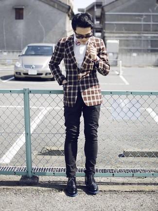 Cómo combinar: botas safari de cuero negras, pantalón chino negro, camisa de vestir blanca, blazer a cuadros marrón
