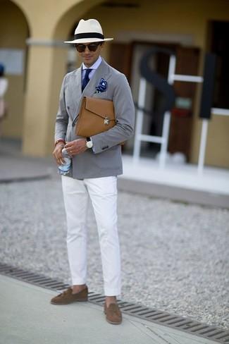 Cómo combinar: mocasín con borlas de ante marrón, pantalón chino blanco, camisa de vestir violeta claro, blazer de algodón gris