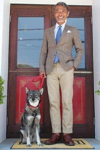Cómo combinar: zapatos derby de cuero en marrón oscuro, pantalón chino en beige, camisa de vestir celeste, blazer a cuadros marrón