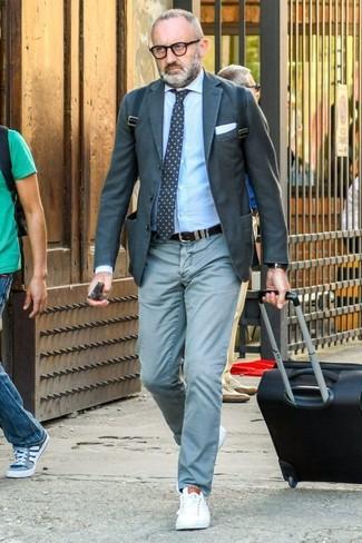 Look de moda: Tenis de cuero blancos, Pantalón chino en verde menta, Camisa de vestir celeste, Blazer en gris oscuro