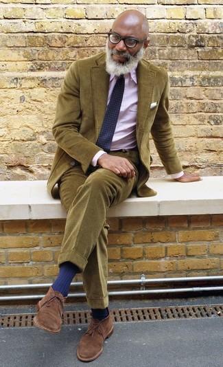 Cómo combinar: botas safari de ante marrónes, pantalón chino de pana verde oliva, camisa de vestir de rayas verticales rosada, blazer de pana verde oliva