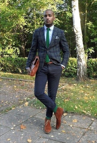 Cómo combinar: botas safari de ante en tabaco, pantalón chino negro, camisa de vestir blanca, blazer de tartán verde oscuro
