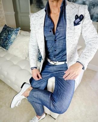 Cómo combinar: mocasín con borlas de cuero blanco, pantalón chino de cambray azul, camisa de vestir de cambray azul, blazer de tweed blanco