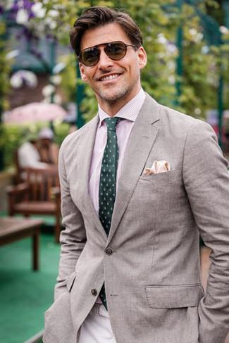Cómo combinar: corbata estampada verde oscuro, pantalón chino en beige, camisa de vestir de rayas verticales rosada, blazer gris