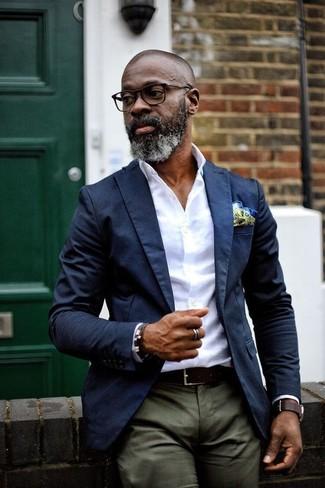 Cómo combinar: pañuelo de bolsillo en amarillo verdoso, pantalón chino verde oliva, camisa de vestir blanca, blazer azul marino