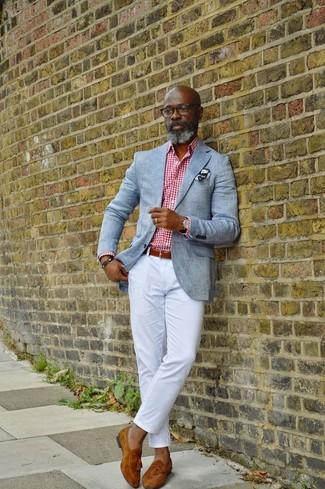 Cómo combinar: mocasín con borlas de ante en tabaco, pantalón chino blanco, camisa de vestir de cuadro vichy en blanco y rojo, blazer gris