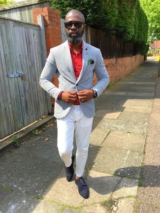 Cómo combinar: zapatos con doble hebilla de ante negros, pantalón chino blanco, camisa de vestir roja, blazer gris
