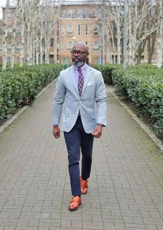 Cómo combinar: zapatos con doble hebilla de cuero en tabaco, pantalón chino azul marino, camisa de vestir rosada, blazer gris