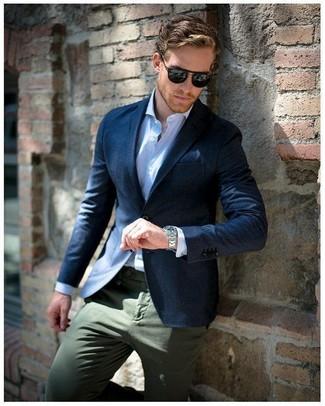Cómo combinar: pañuelo de bolsillo azul marino, pantalón chino verde oliva, camisa de vestir de rayas verticales celeste, blazer azul marino