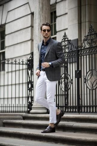 Cómo combinar: zapatos con doble hebilla de cuero negros, pantalón chino blanco, camisa de vestir azul marino, blazer a cuadros en gris oscuro