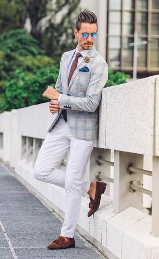 Cómo combinar: mocasín con borlas de ante en marrón oscuro, pantalón chino blanco, camisa de vestir blanca, blazer de tartán celeste
