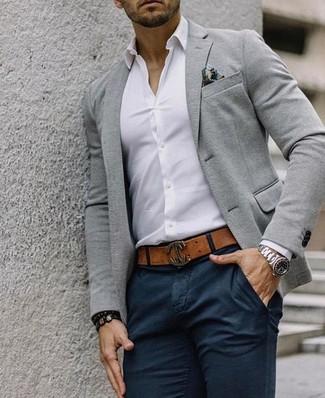 Cómo combinar: pañuelo de bolsillo estampado en multicolor, pantalón chino negro, camisa de vestir blanca, blazer de lana gris