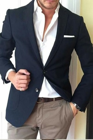 Cómo combinar: pañuelo de bolsillo blanco, pantalón chino marrón, camisa de vestir blanca, blazer negro
