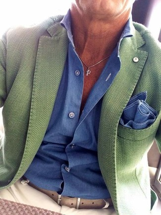 Cómo combinar: pañuelo de bolsillo azul, pantalón chino en beige, camisa de vestir azul, blazer verde