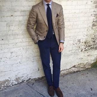 Cómo combinar: mocasín con borlas de ante en marrón oscuro, pantalón chino azul marino, camisa de vestir celeste, blazer marrón