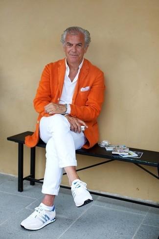 Cómo combinar: deportivas blancas, pantalón chino blanco, camisa de vestir blanca, blazer de lana naranja