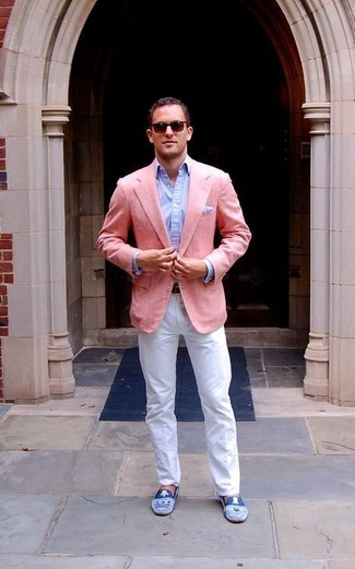Cómo combinar: mocasín de ante azul, pantalón chino blanco, camisa de vestir celeste, blazer rosado