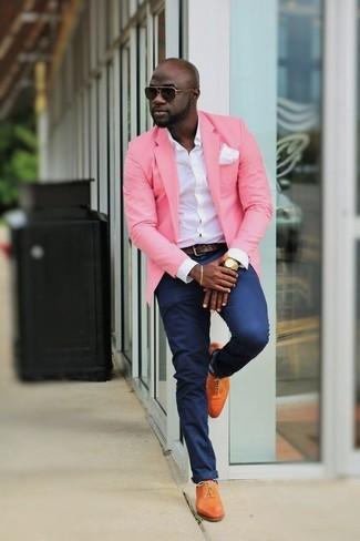 Cómo combinar: zapatos oxford de cuero naranjas, pantalón chino azul marino, camisa de vestir blanca, blazer rosado