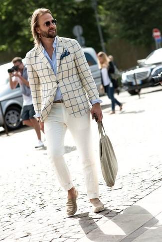 Cómo combinar: zapatillas slip-on vaqueras en beige, pantalón chino en beige, camisa de vestir celeste, blazer a cuadros en beige