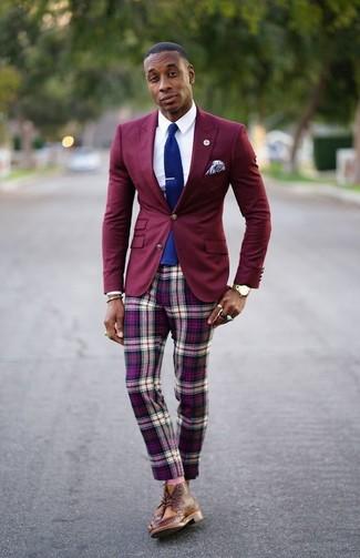 Cómo combinar: botas brogue de cuero marrónes, pantalón chino de tartán morado, camisa de vestir blanca, blazer burdeos