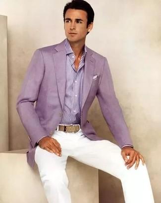 Cómo combinar: pañuelo de bolsillo blanco, pantalón chino blanco, camisa de vestir de rayas verticales morado, blazer morado