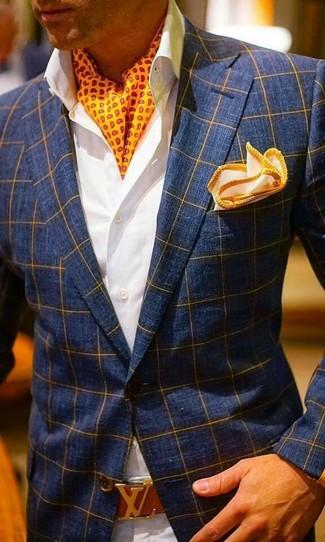 Cómo combinar: pañuelo de bolsillo naranja, pantalón chino en beige, camisa de vestir blanca, blazer a cuadros azul marino